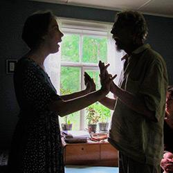 Riikka ja oppilas kädet vastakkain laulamassa.